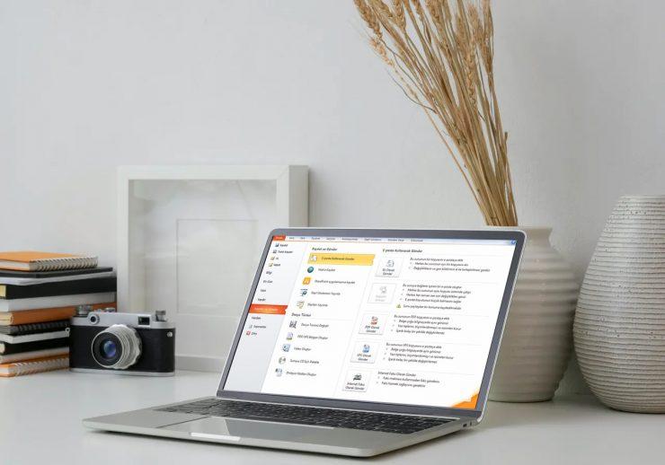 bilgisayar ve ekranında powerpoint sunumu fotoğrafı